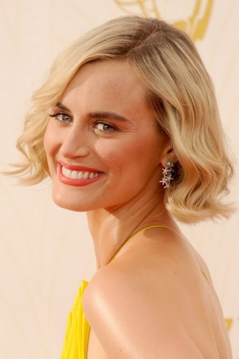 Taylor Schilling blonde wavy bob. Celebrity hairstyles | make up and beauty