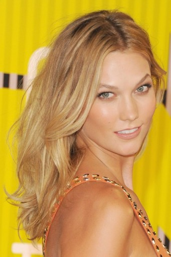 Karlie kloss long blonde wavy hair celebrity hairstyles for Blow out karlsruhe