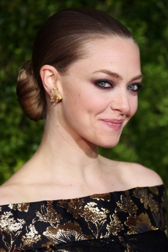 Amanda Seyfried's sleek chignon. Celebrity updos | hairstyles