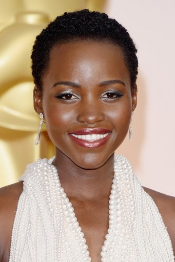 Stunning beauty Lupita Nyong'o's close cropped hair style, with silver eye make-up and dark pink lips. Celebrity hairstyles | make up and beauty