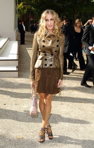 I never thought brown could look this amazing!…Sarah Jessica Parker in 2010 at LFW s/s 2011, wearing a Burberry Prorsum leather double breasted jacket and ruffled lace dress. SJP outfits | style icons