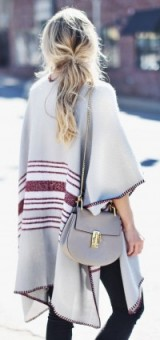 Perfect autumn street style in a light grey & burgundy cape, indigo skinny jeans & a Chloe Drew bag…lovely. Fall / winter fashion – outfit inspiration