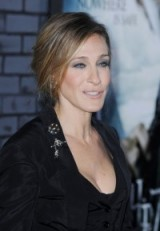 Sarah Jessica Parker adding a couple of Brooches to her chic all-black look. Celebrity jewellery | glamorous accessories