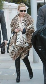 Kylie Minogue looking chic in a cheetah print coat. Animal prints / celebrity fashion / celebrities in fur coats