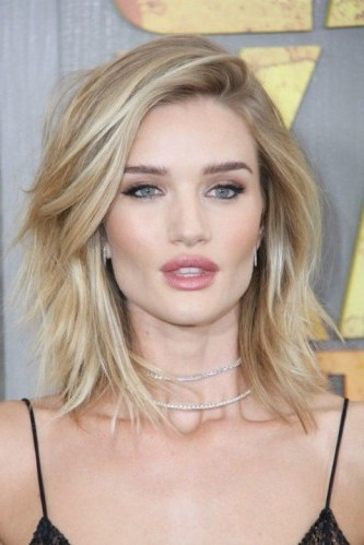 Rosie Huntington-Whiteley blonde shoulder length layered hair. Celebrity hairstyles | make up & beauty - flipped