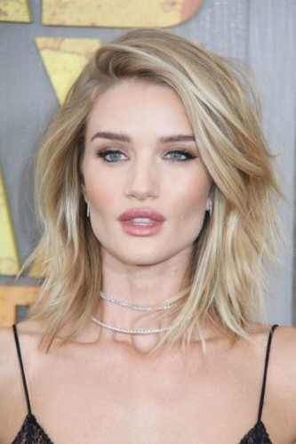 Rosie Huntington-Whiteley blonde shoulder length layered hair. Celebrity hairstyles | make up & beauty