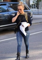 Hayden Panettiere street style out in New York City, October 2015. Casual celebrity fashion | star style clothing