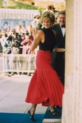 Princess Diana looked chic and confident when she entered the Royal Albert Hall in 1995, wearing a long red pleated skirt with a black sleeveless turtleneck top. Diana's style ~ royal fashion ~ royalty ~ outfits