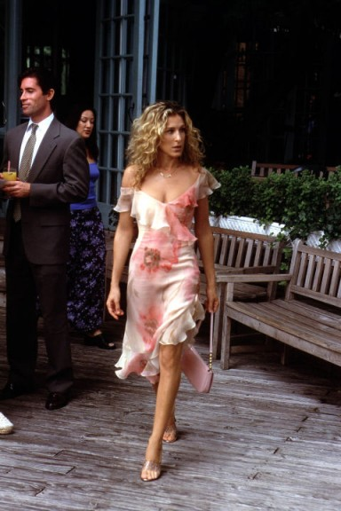Carrie in a floral ruffle dress ~ Carrie Bradshaw style ~ Sex and the City fashion ~ SATC