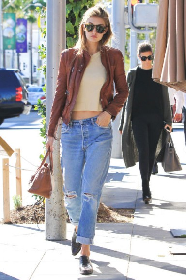 Gigi S Perfect Casual Look Gigi Hadid Cuffed Boyfriend