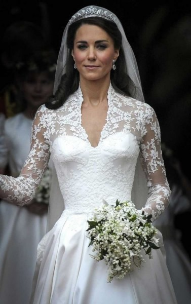 Kate middleton s alexander mcqueen lace wedding gown for Princess catherine wedding dress