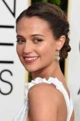 Hair & beauty at the Golden Globes 2016 – Alicia Vikader's twisted updo & natural looking makeup with a fresh glow