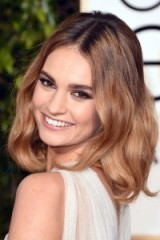 Hair & beauty at the Golden Globes 2016 – Lily James shoulder length waves & smokey eyes