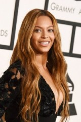 Beyonce's long honey toned waves with centre parting. Celebrity hairstyles | make up and beauty