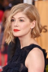 Rosamund Pike's short blonde wavy bob tucked behind one ear. Celebrity hair | red carpet hairstyles | make up and beauty