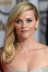Reese Wiherspoon's blonde side swept hair with soft waves. Celebrity hair | red carpet hairstyles | make up and beauty