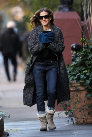 Sarah Jessica Parker winter street style wearing a long knitted black speckled cardigan, dark jeans & beige shearling ankle boots ~ style icons ~ casual celebrities ~ SJP ~ celebrity outfits