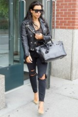 Kim Kardashian ripped skinny jeans. Celebrity fashion | casual star style