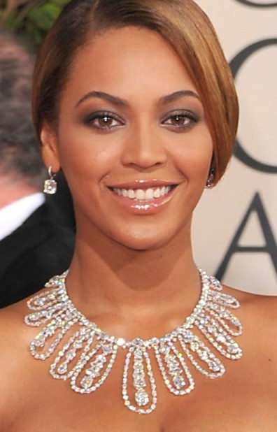 Beyonce Wearing A Stunning Diamond Collar Necklace And