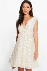 BOOHOO BOUTIQUE BOUTIQUE ANGIE METALLIC PRINT PROM DRESS in ivory. Plunge front party dresses | deep V neckline | plunging necklines | evening fashion