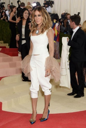 Sarah Jessica Parker at the 2016 Met Gala 'Manus x Machina: Fashion in an Age of Technology' - flipped