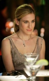 Carrie Bradshaw glamour ~ sleek low ponytail ~ Carrie Bradshaw's hairstyles ~ makeup & beauty ~ jewellery ~ accessories