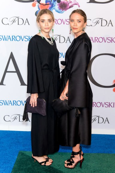 Mary-Kate and Ashley Olsen evening glamour. All black outfits | celebrity sisters | stylish twins | fashion | style icons