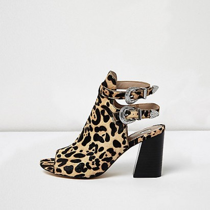 What to Wear with Leopard Print Shoes 1. Dark Hues. When you're primarily wearing darker tones leopard is a the perfect pattern to partner with your outfit. Most natural leopard patterns have black in them so dark hues directly ties in with the leopard print shoes.
