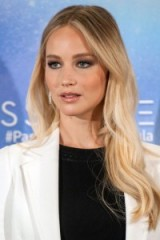 Jennifer Lawrence with long blonde hair. Celebrity hairstyles | make up and beauty | star style looks