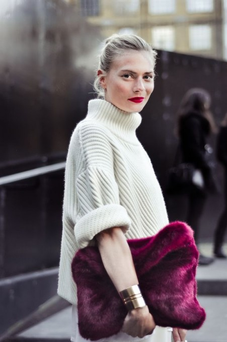 Chunky ivory ribbed sweater with large purple fluffy clutch | street style chic