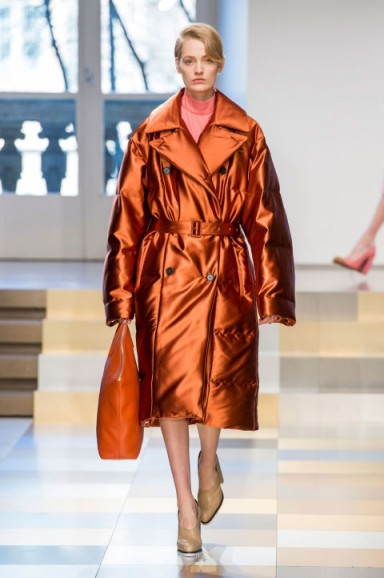 Jil Sander at Milan Fashion Week Fall 2017 – runway outerwear – metallic coats