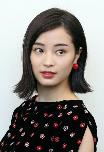 Hirose Suzu's smooth bob flicked out at the ends at the 74th Venice Film Festival - flipped
