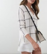 Reiss ALEGRIA FINE GAUGE CHECKED JUMPER WHITE/GREY / side slit V-neck sweater
