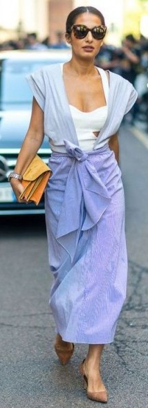 This easy summer outfit looks so simple but very stylish / effortless street style outfits - flipped