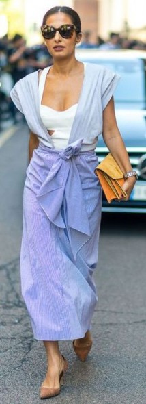 This easy summer outfit looks so simple but very stylish / effortless street style outfits