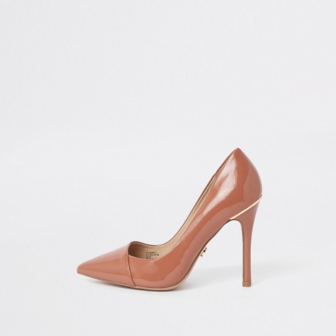 River Island Tan wide fit patent pointed toe court shoes – neutral shiny high heel courts