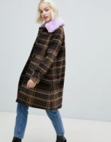 Monki check coat with faux fur collar in brown – fluffy lilac collars