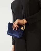 Jigsaw KENZIE VELVET CHAIN CLUTCH BAG – navy / small evening bags