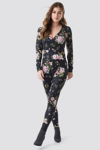 NA-KD Dark Floral Jumpsuit Black | slim fit jumpsuits