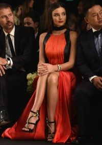 Miranda Kerr looks stunning in an orange & black gown at La Koriador S/S 2016 MFW. Celebrity style / designer gowns / Front Row celebrities