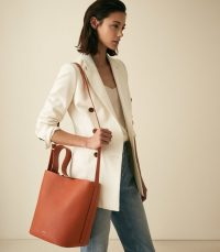 Reiss HUDSON LEATHER BUCKET BAG HAZEL | brown-tone shoulder bags