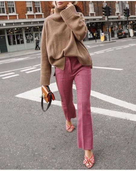 This oversized camel sweater with pink checked trousers and red gingham mules make a great stylish look / effortless street style outfits
