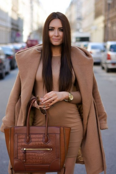 Street style chic in camel colours…jersey bodycon dress, classic camel coat draped over shoulders & tan leather tote bag. Outfit inspiration | stylish day outfits