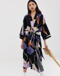 Weekday kimono in black floral print in Calla big dark | oriental inspired fashion