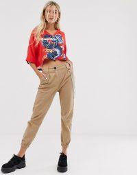 Bershka chain detail cargo trousers in beige – cuffed crop leg pants