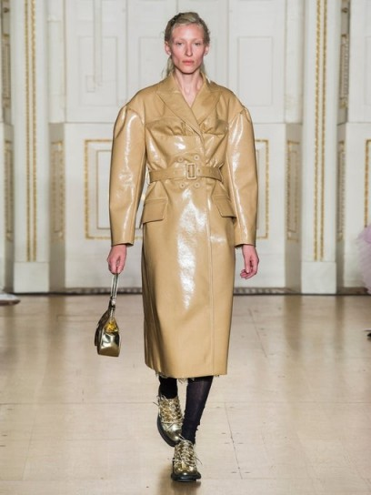 SIMONE ROCHA Double-breasted laminated wool-blend coat in camel / shiny coats