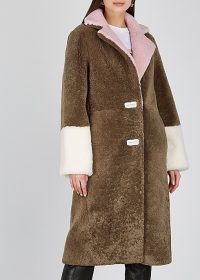 SAKS POTTS Febbe colour-blocked shearling coat – colourblock coats