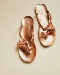 TED BAKERLUZZI Bow detail flip flops rose gold – casual luxe