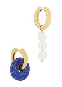 TIMELESS PEARLY Asymmetric gold-tone hoop earrings