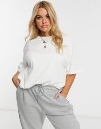 Nike Plus central swoosh oversized t-shirt in white – comfortable fashion for larger women